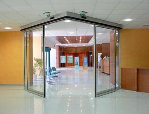 Автоматические двери с оператором DIVA от PORTALP, установленные под углом
